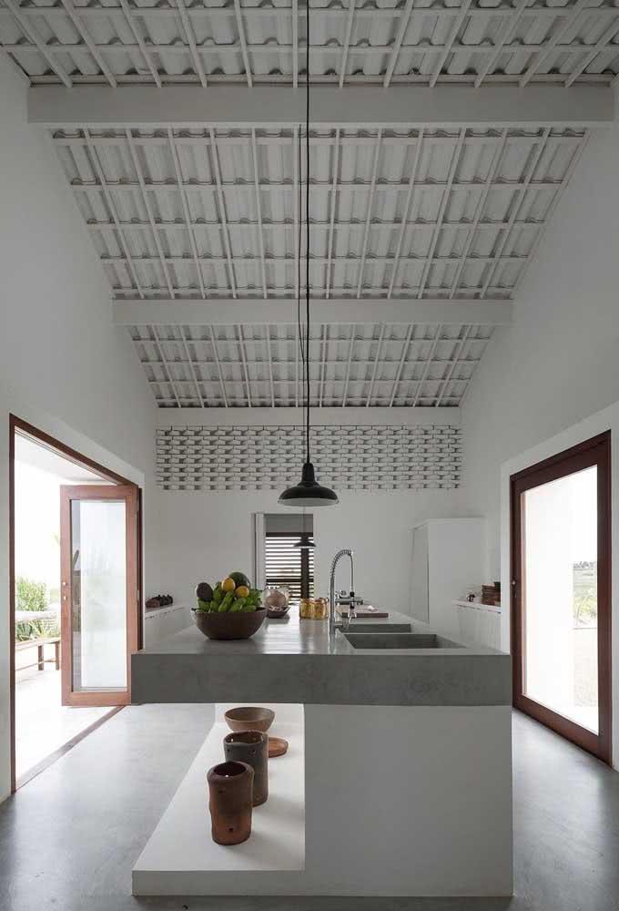 A cor segue no interior. A casa branca por dentro revela modernidade
