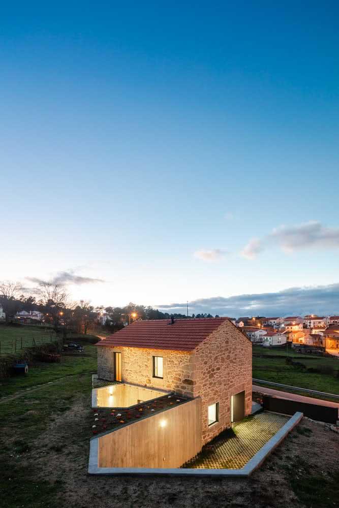 Casa rústica por fora com vista para o horizonte