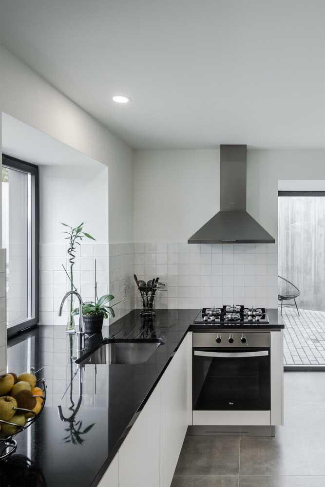 A mesma casa por dentro, entretanto, surpreendendo com o estilo moderno e minimalista