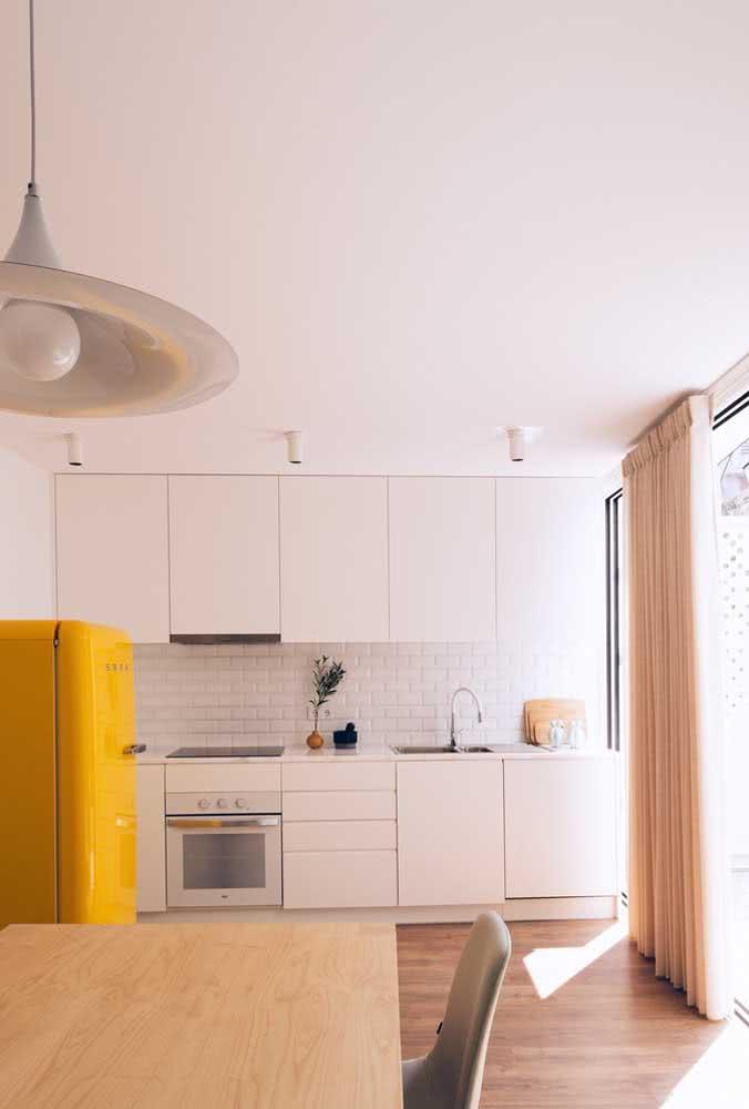 A casa branca por dentro também ganha iluminação e calor