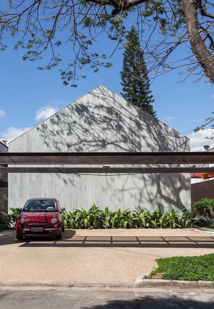 Uma fachada cinza para combinar com a casa moderna por fora