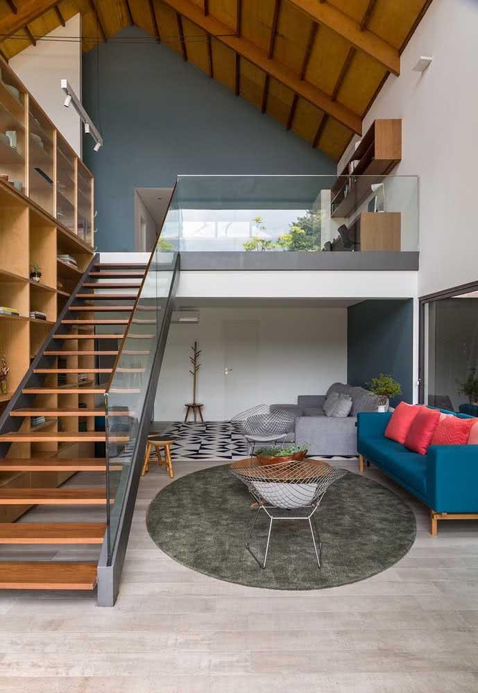 Casa com mezanino por dentro em um conceito aberto e moderno