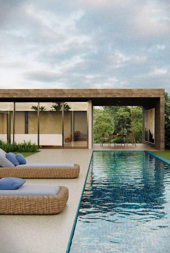 Uma piscina para estampar o visual da casa moderna por fora