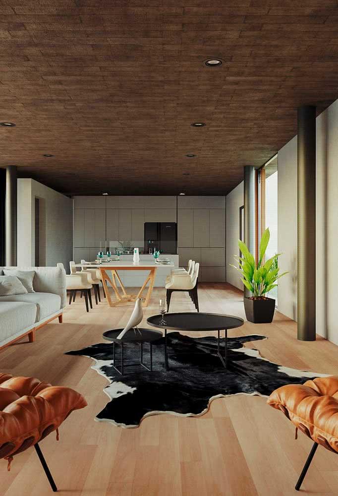 Por dentro, a casa se revela moderna pela integração dos ambientes