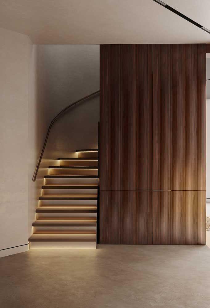 A casa por dentro também exibe a madeira, só que dessa vez em um painel