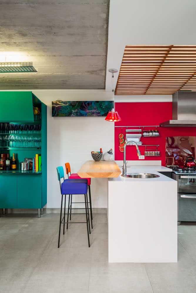 A casa por dentro se destaca no uso do cimento queimado e das cores em equilíbrio