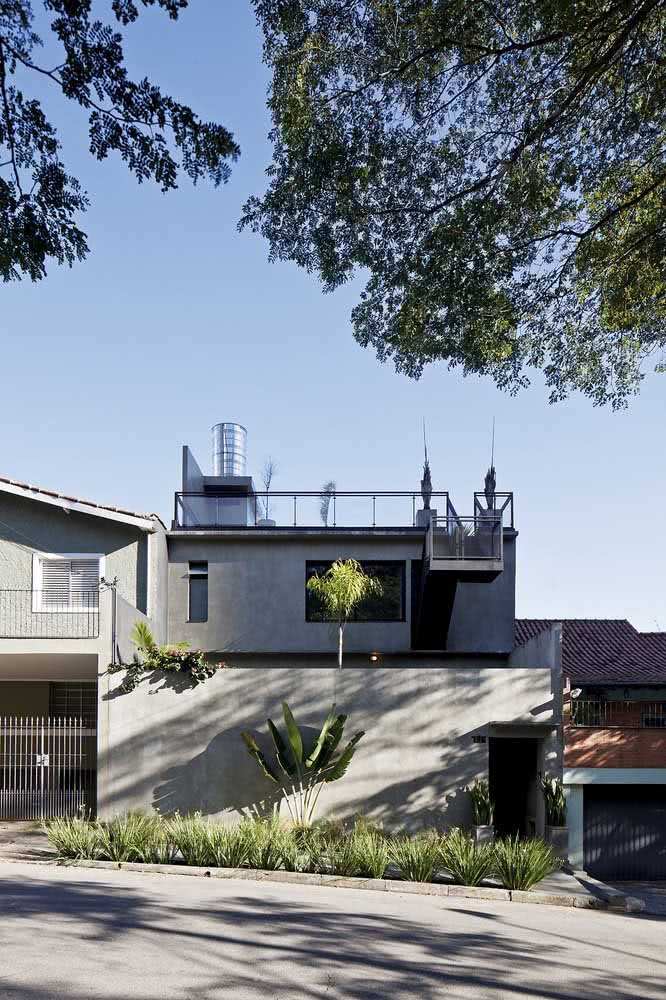 Casa por fora em tons de cinza seguindo a linha moderna do projeto