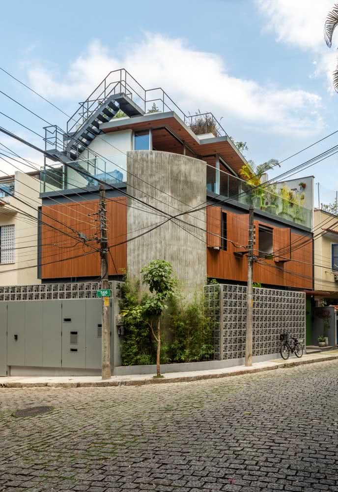 O mix de materiais na fachada é o destaque dessa casa