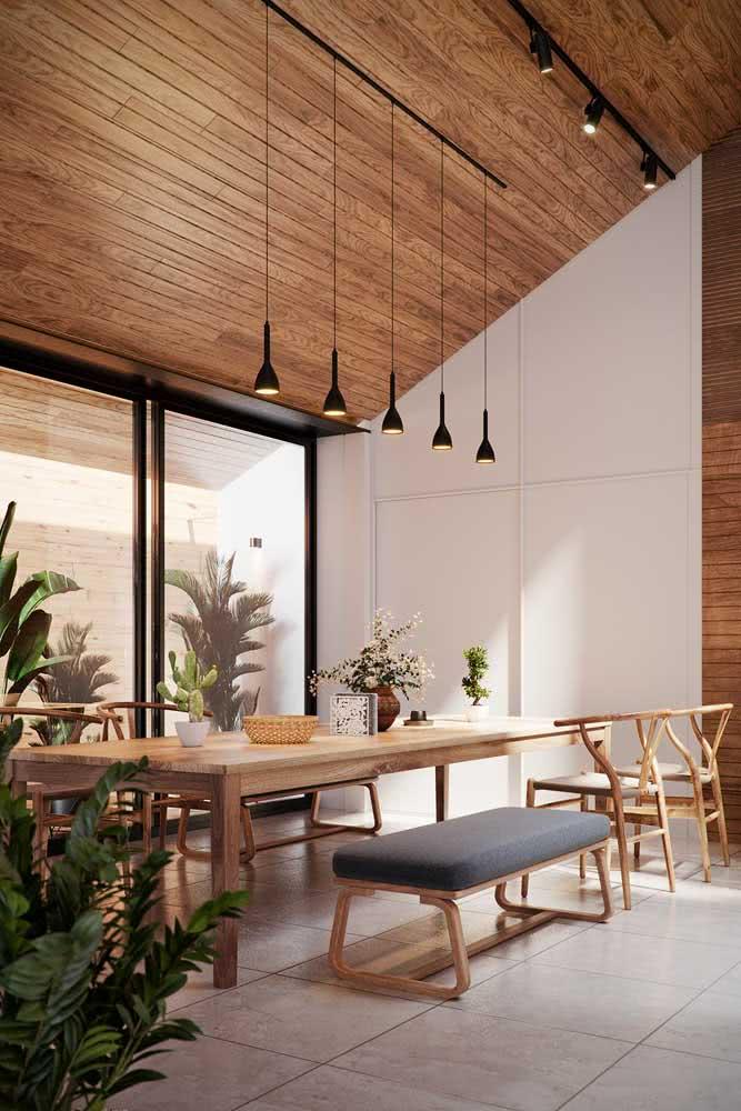A casa de madeira por dentro não perde a modernidade