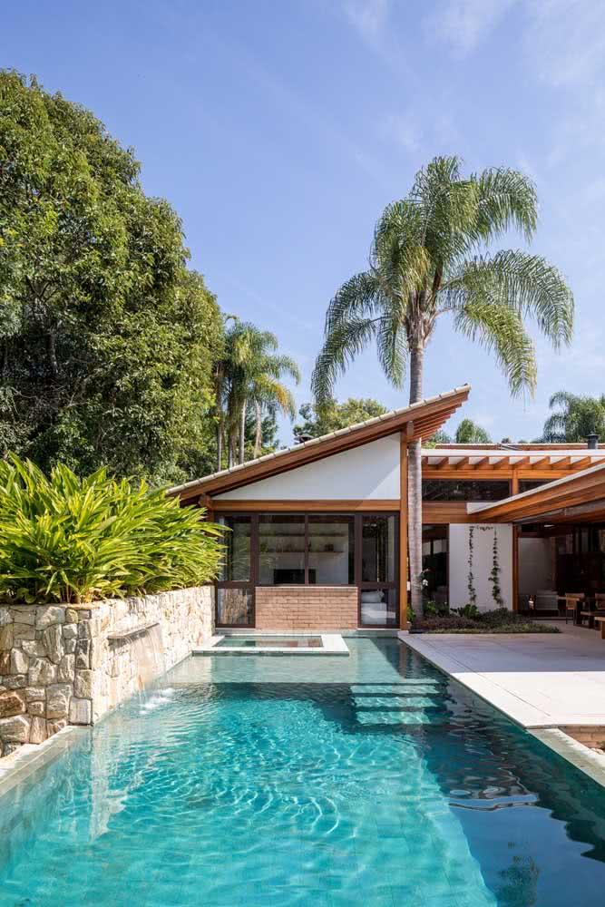 Piscina e natureza são o destaque dessa casa por fora