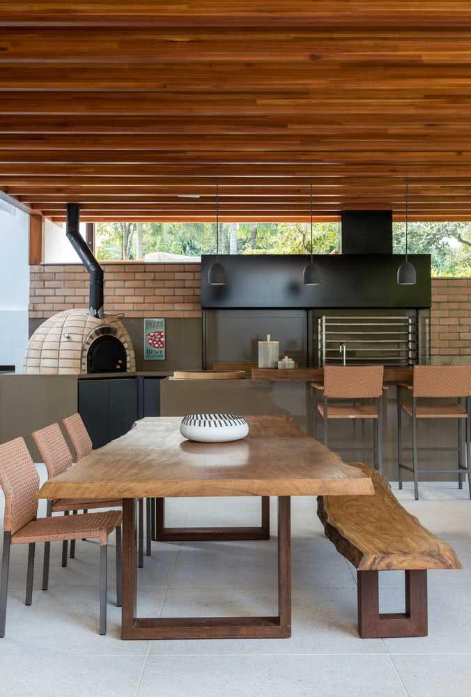 A casa de madeira por dentro faz a conexão com a área externa