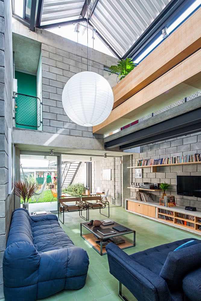 A casa moderna por dentro surpreende com as paredes de blocos a vista e o telhado retrátil