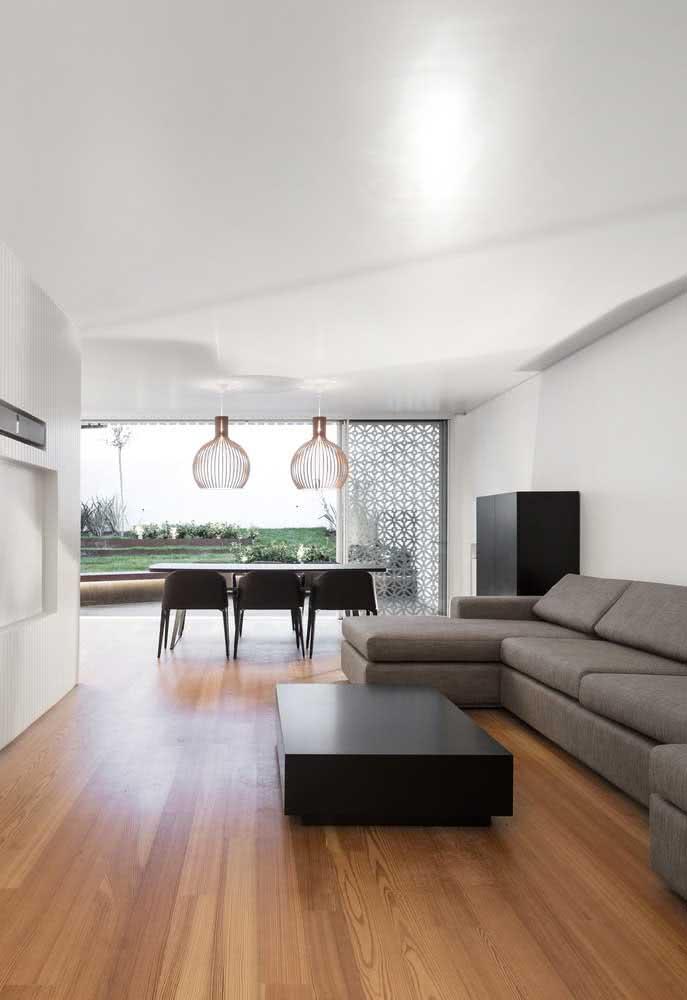 Integração e muita luz natural para valorizar a casa branca por dentro