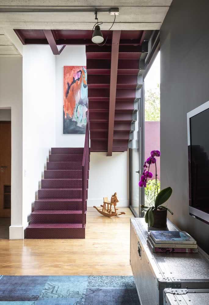 A casa continua moderna por dentro esbanjando cores e materiais variados