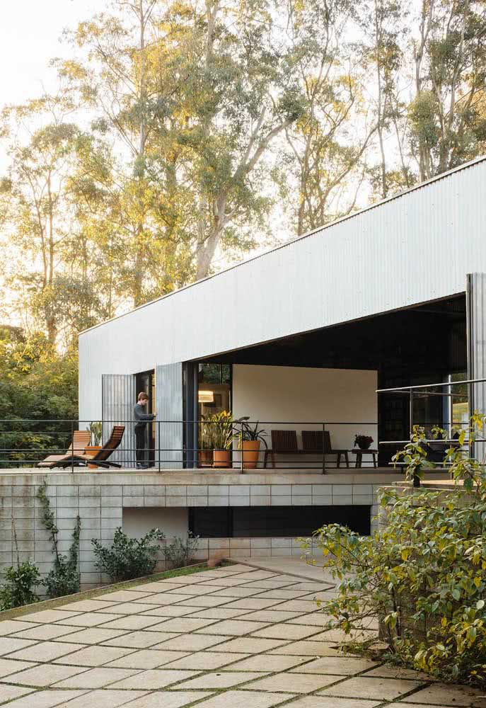 Linhas retas e muita luz natural para essa casa moderna por dentro e por fora