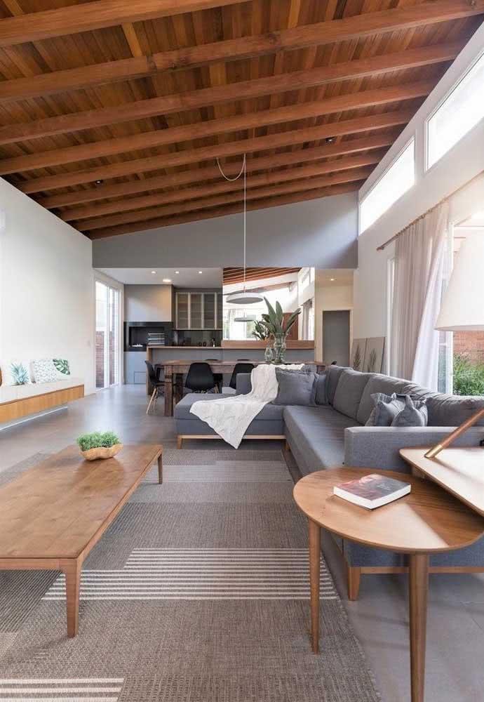 A rusticidade permanece na casa por dentro, mas com um toque moderno