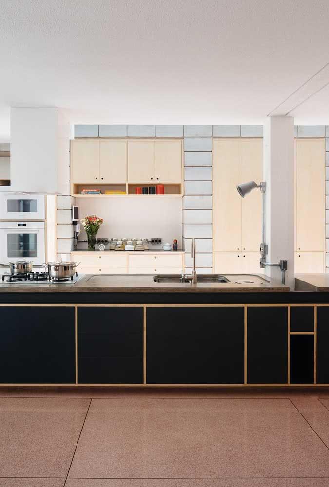A casa moderna por dentro revela uma cozinha grande e aconchegante