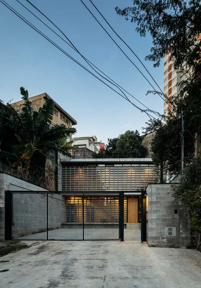 Casa por fora simples com materiais usados na forma bruta