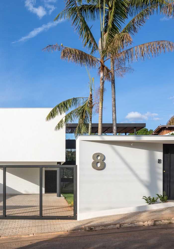 Por fora, uma casa moderna e de fachada sofisticada