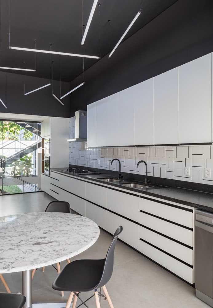 Por dentro, a casa mantem o mesmo padrão de elegância e modernidade