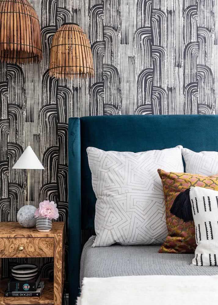 Um visual diferentão com um papel de parede com padronagem de linhas preto e branco, retas e curvas.