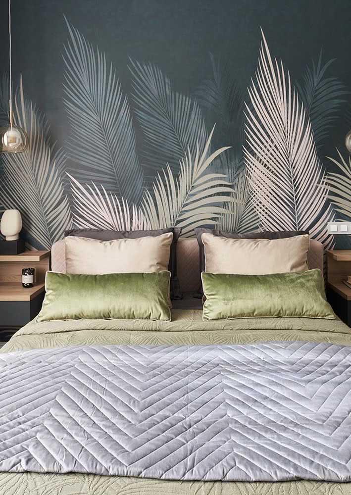 Aproveite os truques visuais e seja criativo na escolha do papel de parede: aqui as folhas trazem movimento a parede do quarto.