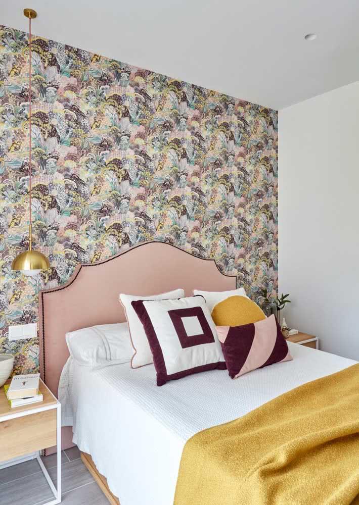 Traga o clima botânico para dentro do quarto com um papel de parede com ilustração de flores.