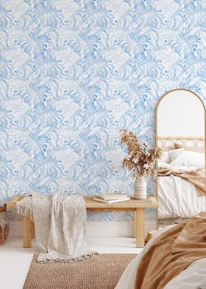 Folhas de palmeira em duo branco e azul são a escolha de padronagem deste papel de parede.
