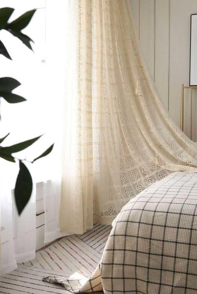 Uma belíssima opção para ter um quarto aconchegante e charmoso é utilizar da cortina de crochê.