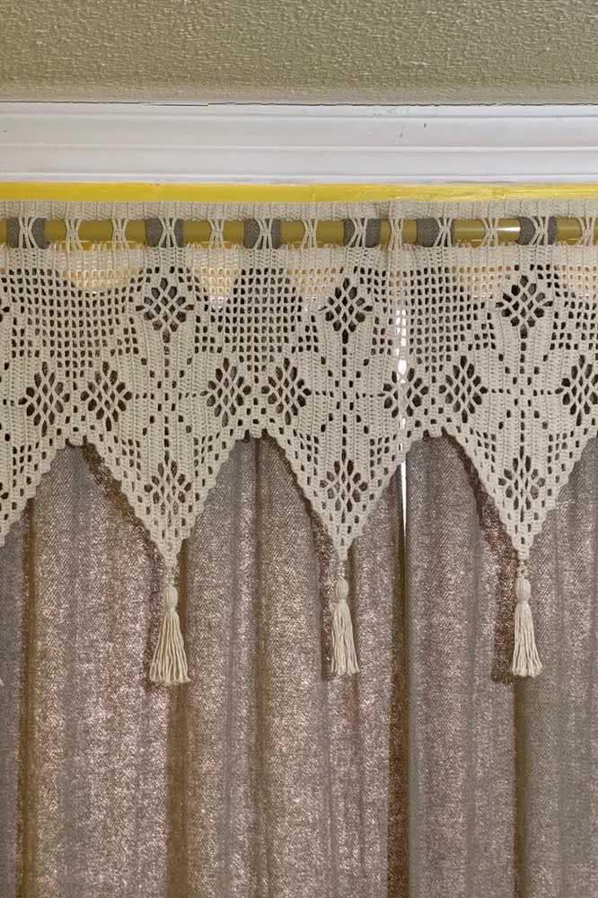 Cortina de crochê com pequenos detalhes na parte superior da peça.
