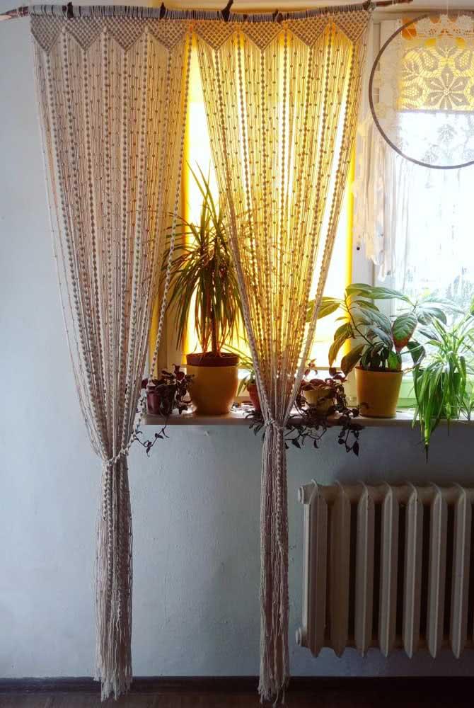 Cortina de crochê pequena para janela com vasos.