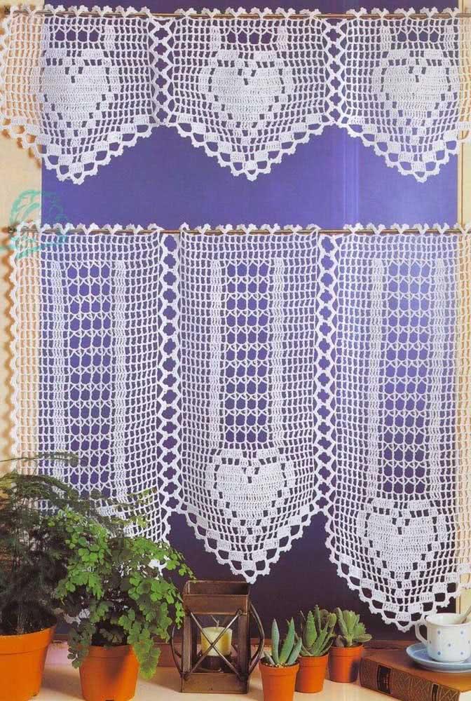 Coração charmoso em cortina de crochê delicada para enfeitar a sua janela.