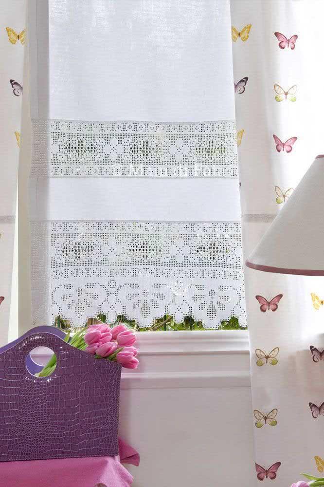 Cortina de crochê branca simples com detalhes e desenhos de flores.