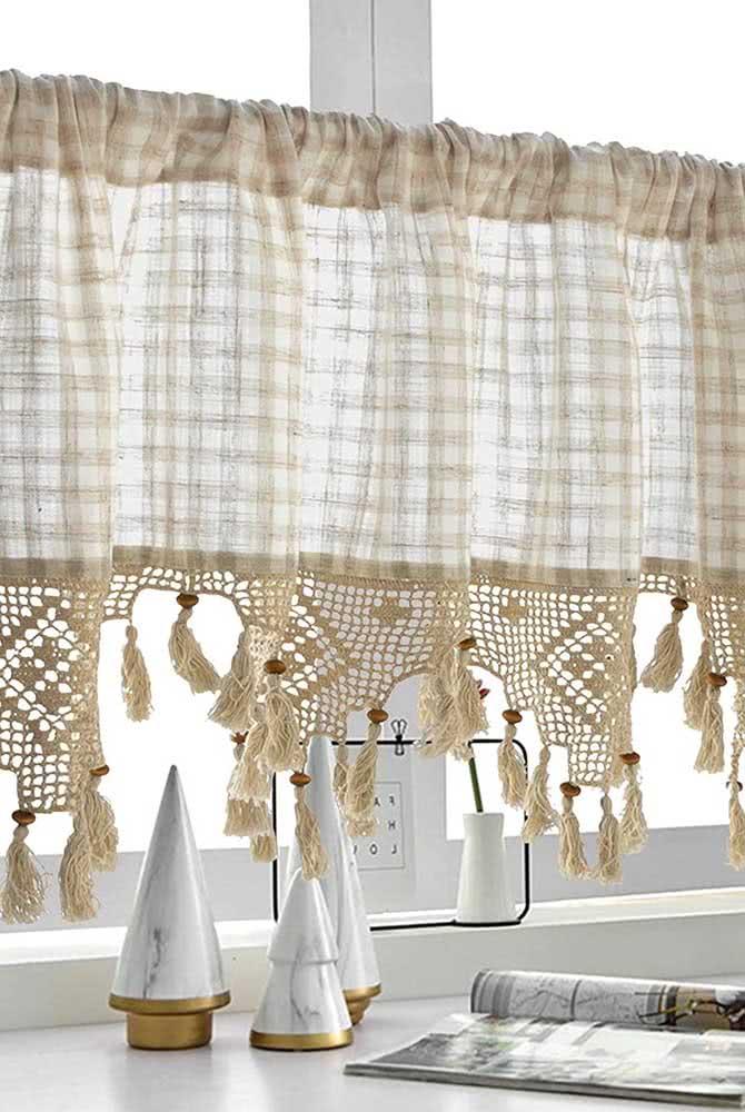 Cortina de algodão quadriculada com a parte inferior trabalhada em crochê.