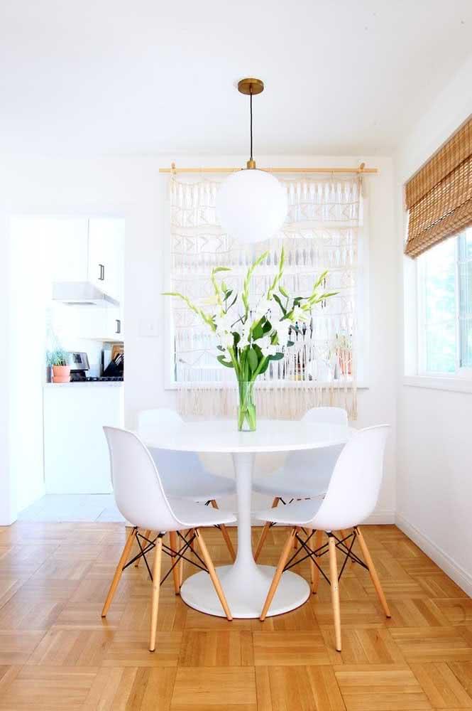 Cortina de crochê pequena para sala: aqui ela separa a sala da cozinha americana.