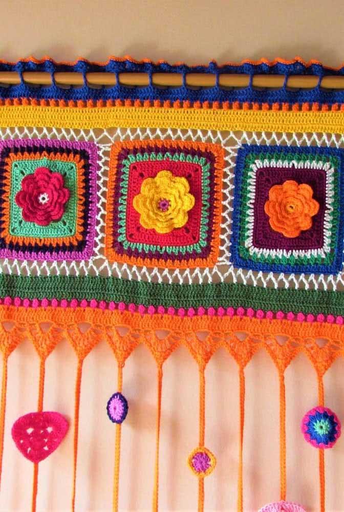 Toda colorida: além dos modelos que são todos branquinhos, você pode utilizar barbantes coloridos para montar uma cortina perfeita.