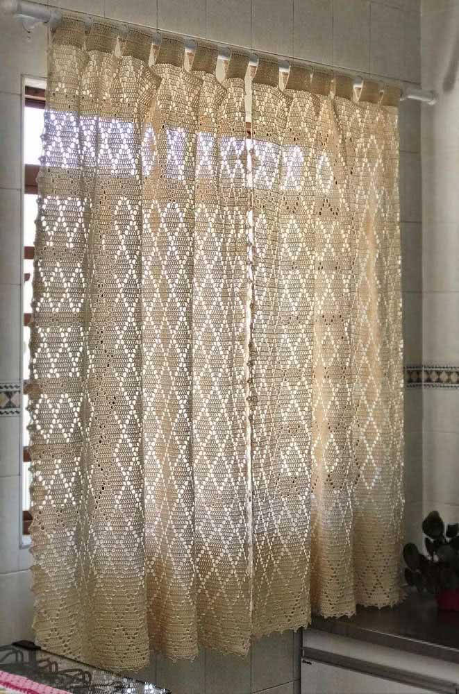 Cortina de crochê cor palha para janela pequena da cozinha.