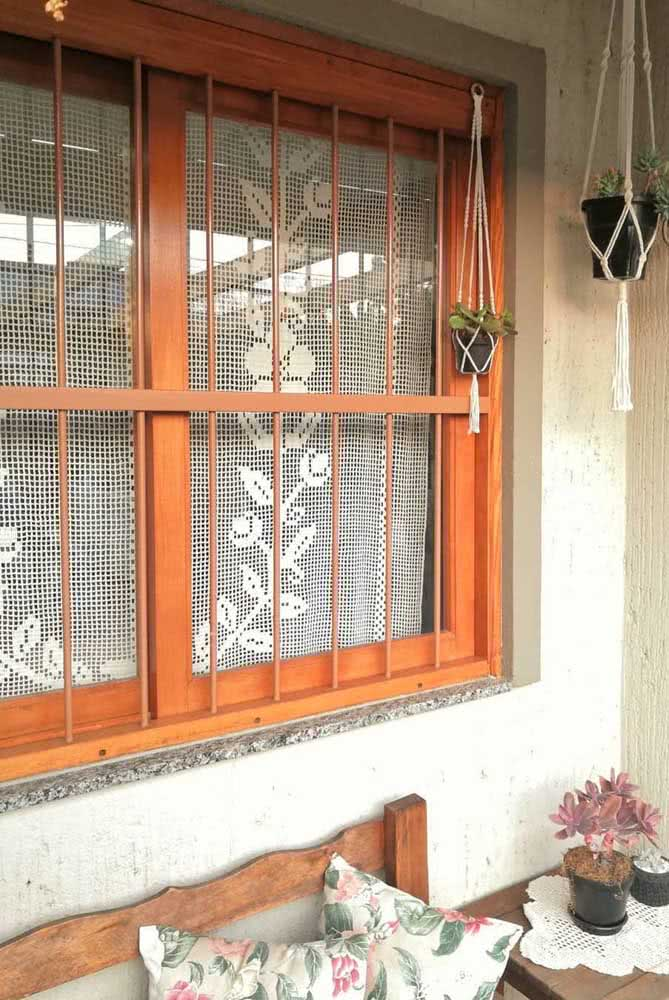 Modelo de cortina de crochê simples para janela.
