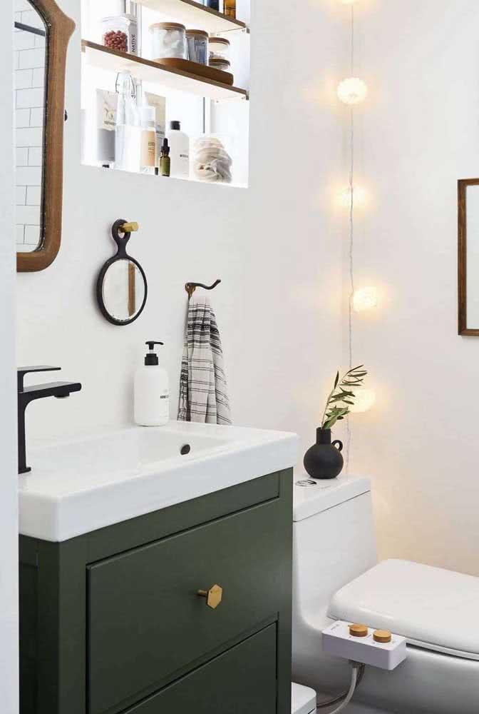 Banheiro simples branco com gabinete para banheiro verde musgo.