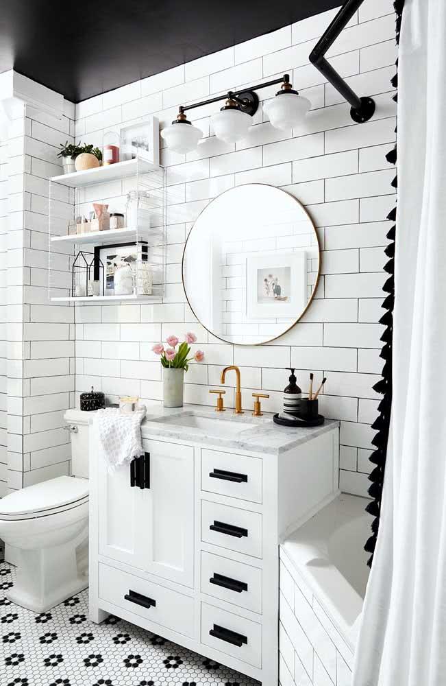 Azulejo branco subway tiles em banheiro simples com teto preto.
