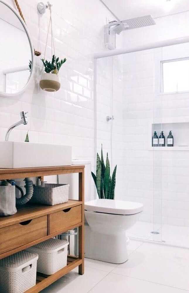 Azulejo branco subway tile em banheiro branco pequeno e lindo.
