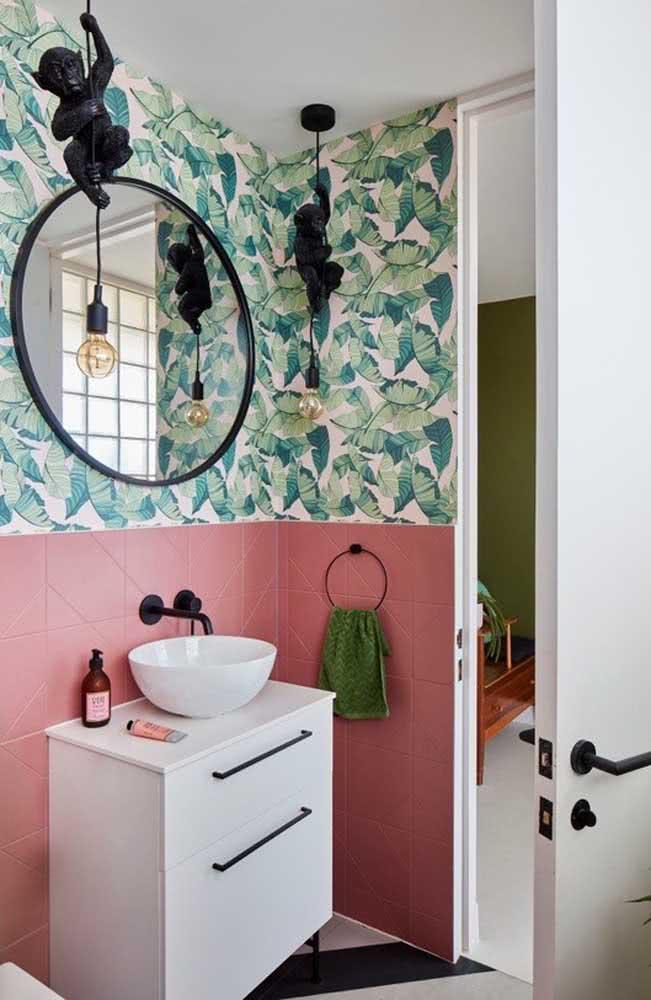 Papel de parede com muito verde em banheiro pequeno feminino.