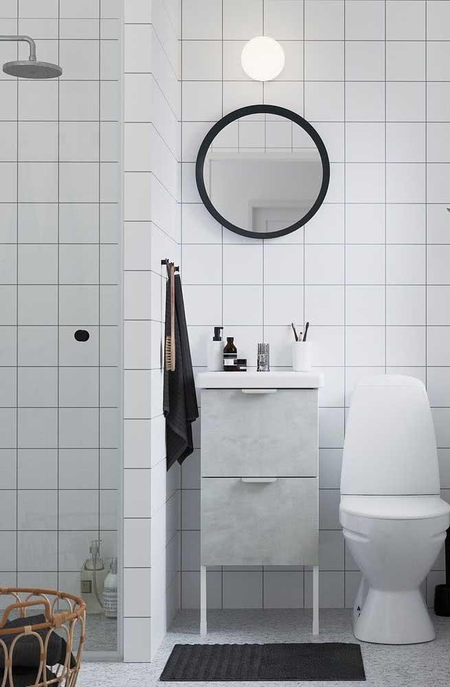 Tudo simples em um banheiro com azulejos quadrados brancos.