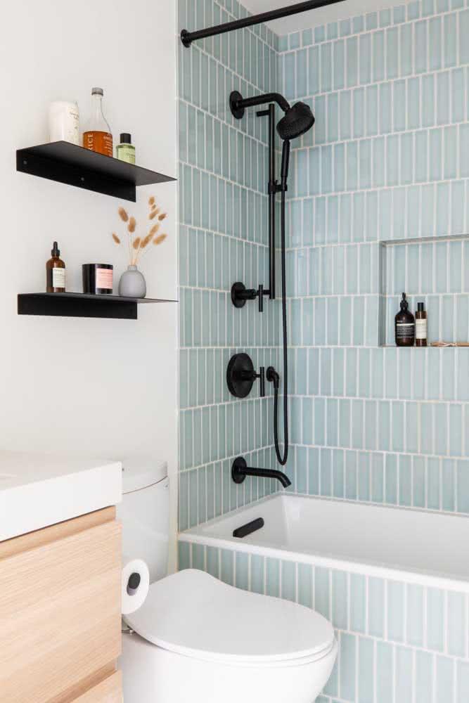 Pastilhas retangulares verdes para banheiro pequeno com banheira.