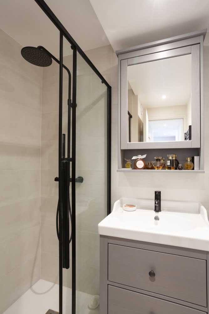 Decoração de banheiro com metais pretos.