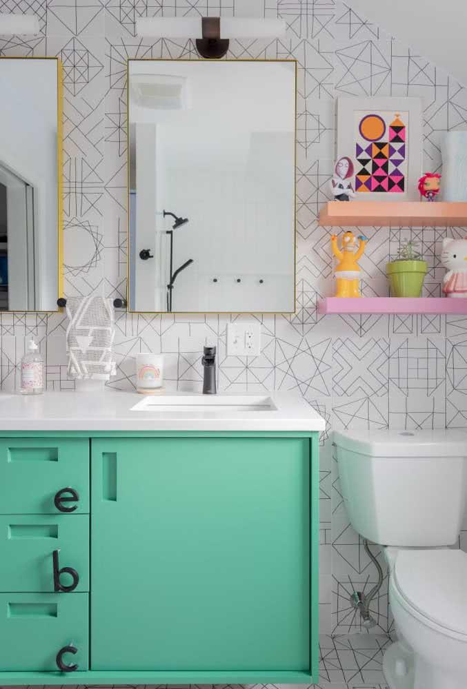 Banheiro com papel de parede listrado.