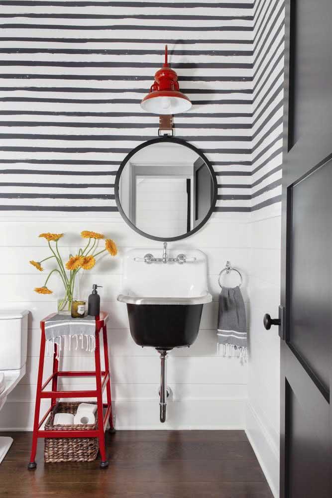 Banheiro preto e branco com listras pretas.