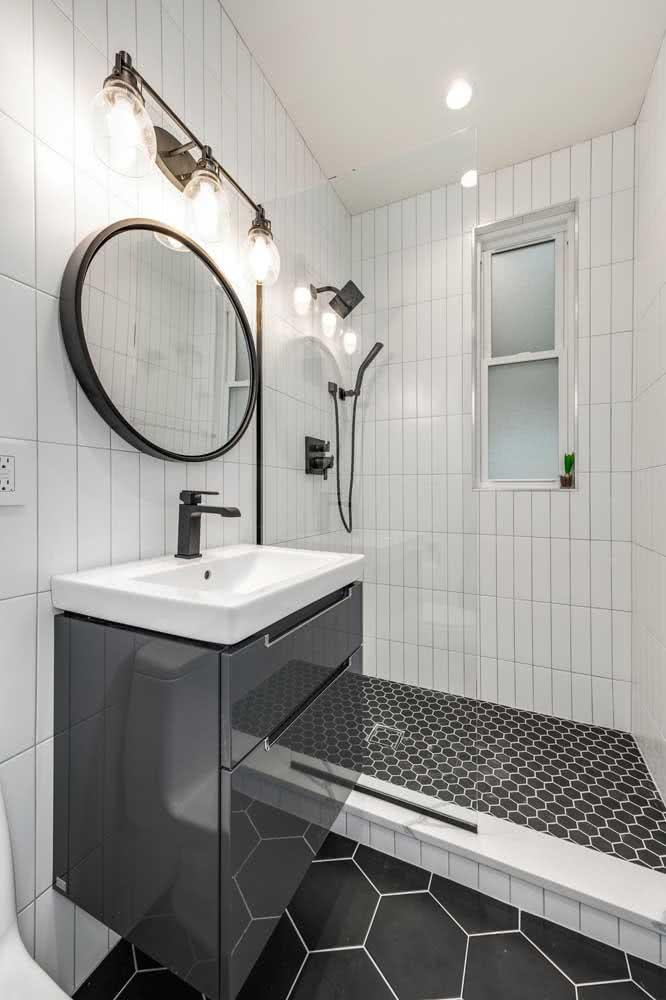 Banheiro pequeno com azulejos brancos.