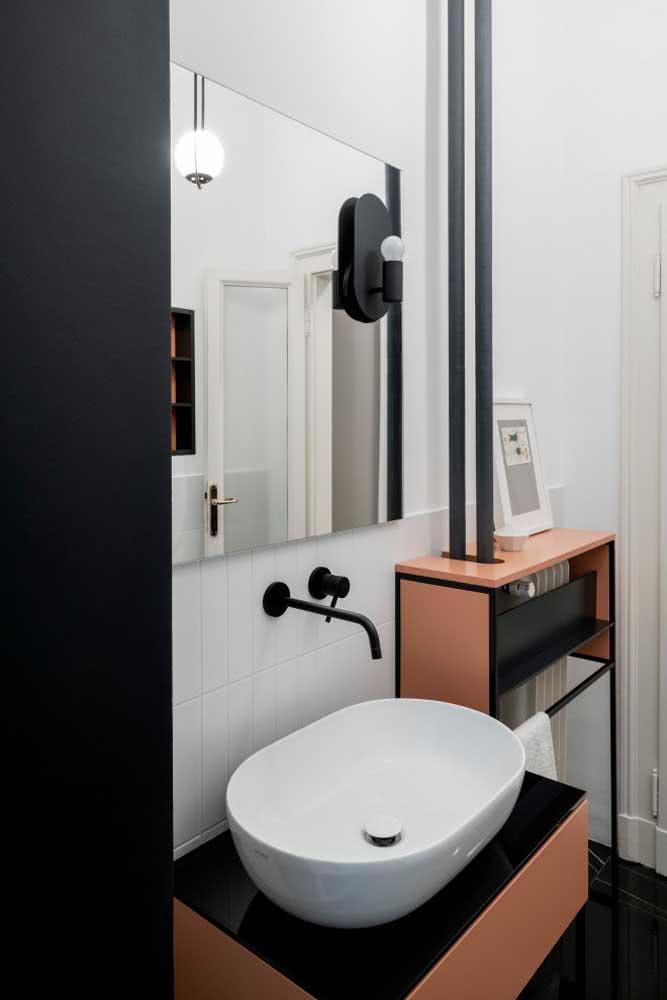 Decoração de banheiro branco e preto simples.