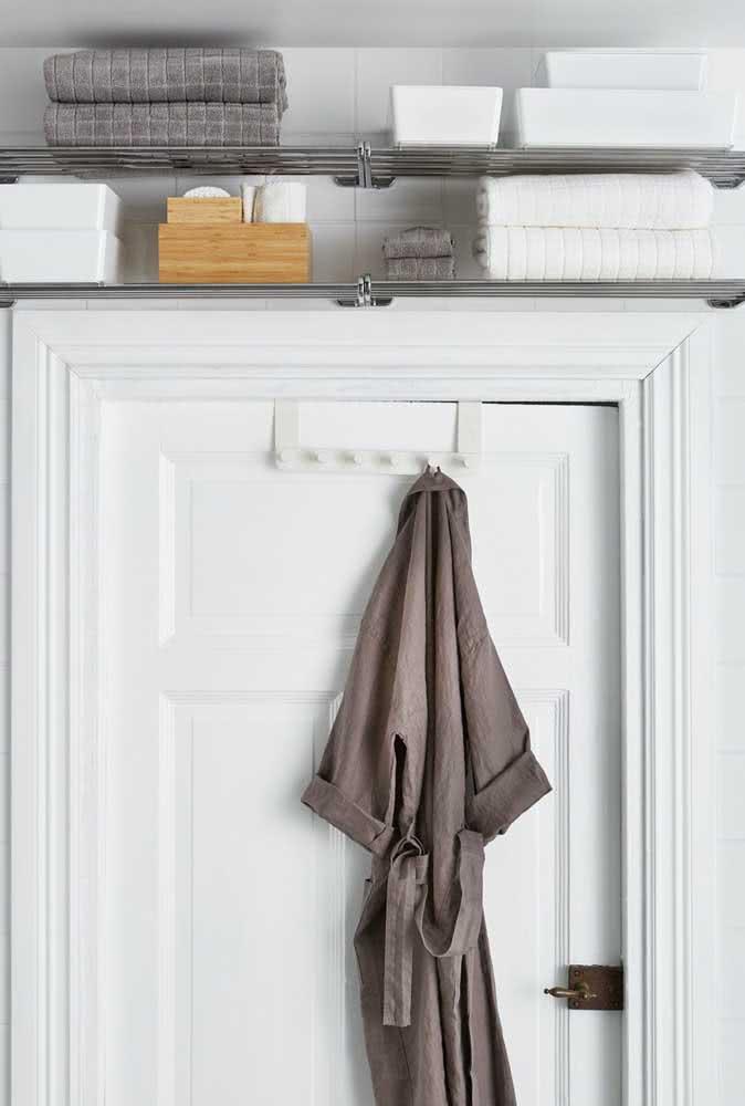 Espaço de armazenamento super útil para ser usado em banheiros pequenos.